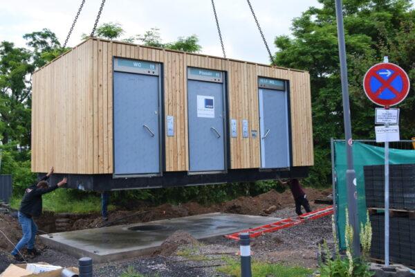 Landau – Neu im Landauer Südpark – Ein fest installiertes Toilettenhäuschen mit Holzverkleidung, begrüntem Flachdach und Unisex-Urinal