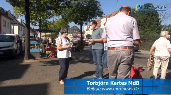 Ludwigshafen – Torbjörn Kartes mit einem Blumengruß auf dem Friesenheimer Wochenmarkt – Der Wahlkampf hat begonnen