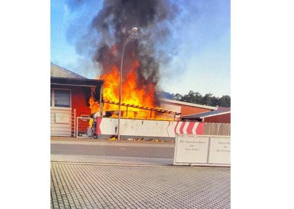 Haßloch – Wohnwagenbrand greift auf Wohnhaus über