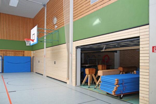 Sandhausen – Acht neue Geräteraumtore installiert – Sporthalle am Friedrich-Ebert-Schulzentrum – Paneelen aus Fichtenholz