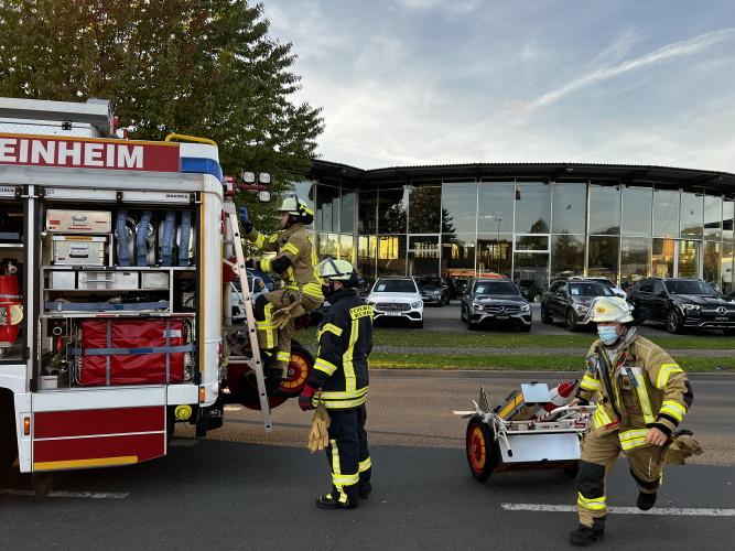 Weinheim – Feuerwehr Weinheim im Einsatz  – Feuerwehr befreit Fahrer aus Unfallfahrzeug