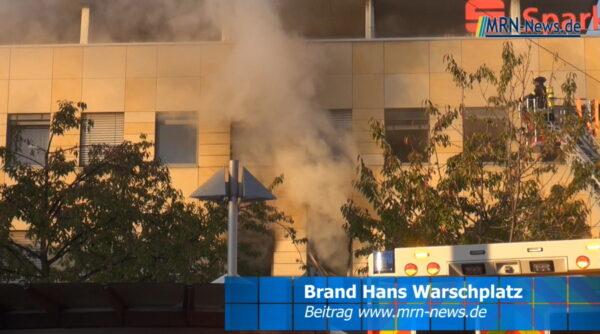 Ludwigshafen – VIDEO NACHTRAG: Feuerwehr rettet 11 Personen aus Mehrfamilienhaus am Hans-Warsch-Platz #Oggersheim
