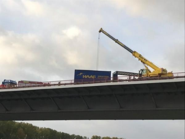 Hockenheim / Speyer – VIDEO NACHTRAG – A61 – Querstehender Lkw auf Rheinbrücke geborgen – Fahrbahn wieder freigegeben